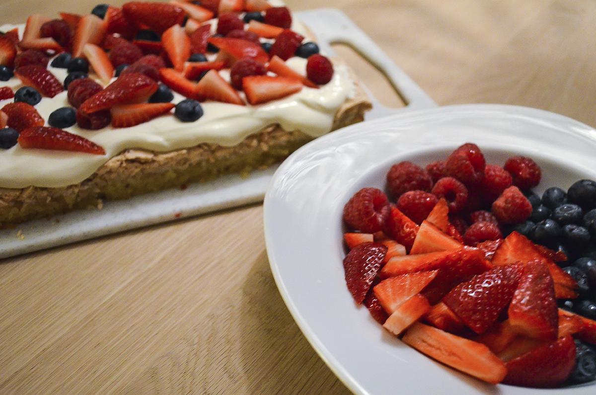 opskrift-sommerkage-med-bær-og-marengs-2