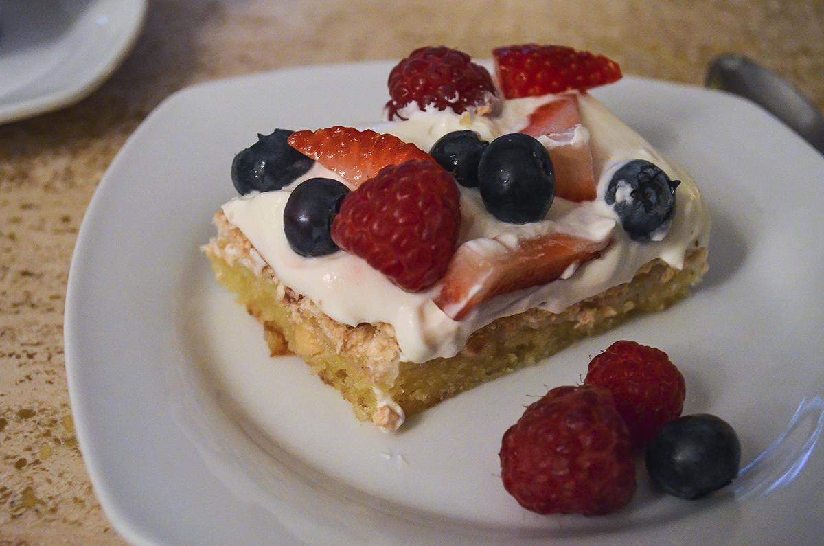 opskrift-sommerkage-med-bær-og-marengs-5